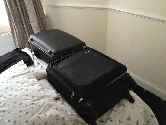 Classic Hyde Park Hotel: Stanza piccolissima senza spazio per i bagagli e con armadio angusto