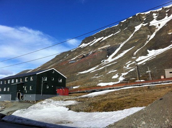 Coal Miners' Cabins: Good view of the Spitsbergen Guesthouse's surroundings