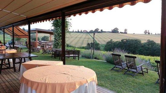 La Cantina dei Sapori: veranda esterna con vista sulle colline