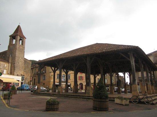 Hotel le Clement V: Place du marché située à 50m