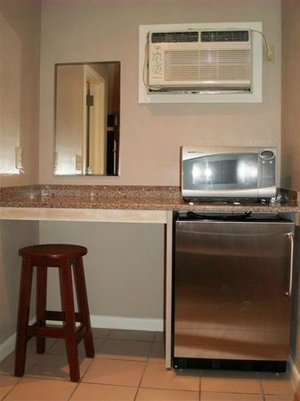 Starlight Motel & Luxury Suites: Motel Room Undercounter Ref. & Microwave
