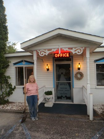 Pointe North Motel : The office and owner.