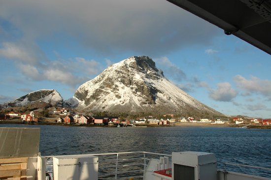 Lovund Hotell: Lovund as we leave by the ferry.