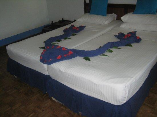 Palm Village Hotel: Bed art