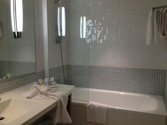 Mercure Beaune Centre : Suite privilège - salle de bains