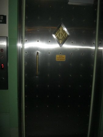 The Colony Hotel: The lift/elevator