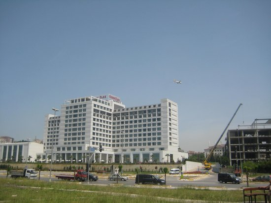The Green Park Pendik Hotel & Convention Center : Hotel from across the road