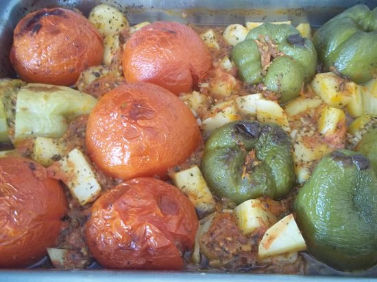 Agkyra Tavern: Γεμιστές. Stuffed tomatoes adn peppers. Nadziewane papryki i pomidory.