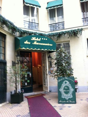 Hotel des Marronniers: off street entrance