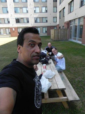 Residence & Conference Centre - Ottawa West: no patio do algonquim após longa viagem