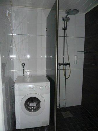 Hotel Inari : Doccia e lavatrice