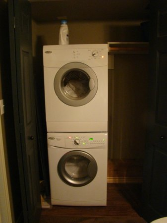 Eagle's Den Suites at Carrizo Springs: Stacked washer/dryer