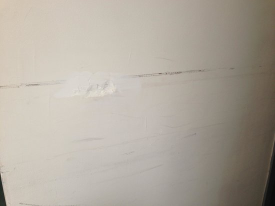 Harrison Hotel: Botched walls! Gross!