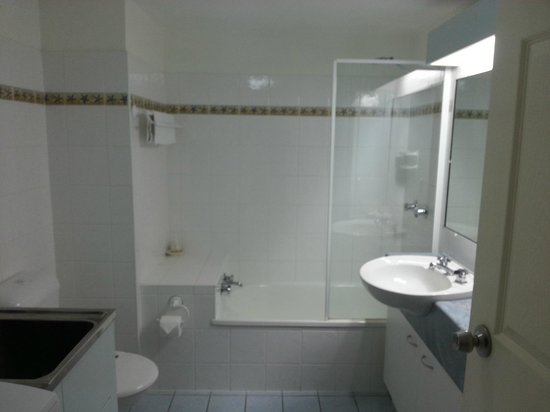 Trafalgar Towers: bathroom and laundry