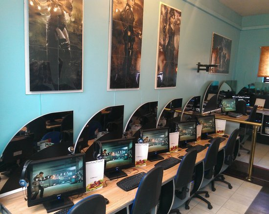 Quantum Web Cafe: Lovely new monitors in the games  zone!