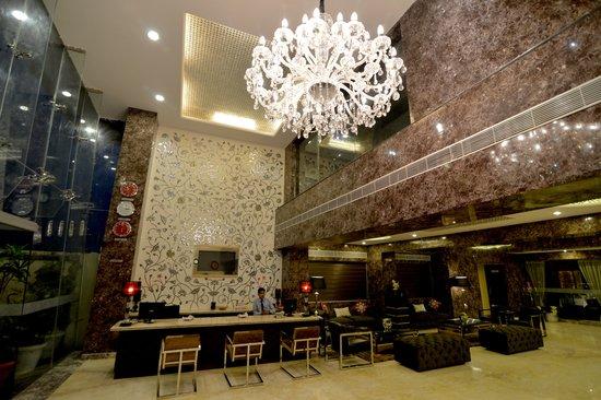 Q Hotel: Lobby 2