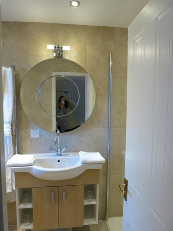 Harington's City Hotel: Clean, modern bathroom