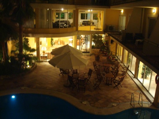 Hotel Saratoga: Nightime view of pool