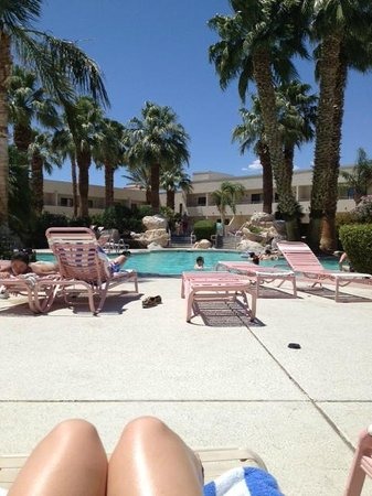 Miracle Springs Resort and Spa: Pool and lounge chairs