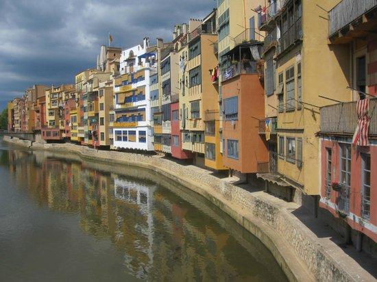 Hotel Gran Ultonia Girona: Färgglada Girona på andra sidan floden