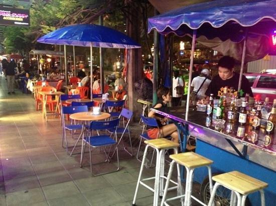 Street bar nana soi 4 bangkok picture of sukhumvit soi for Food at bar 38