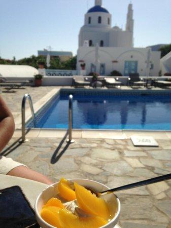Aethrio Hotel: Breakfast of Greek yogurt and fresh peaches by the pool