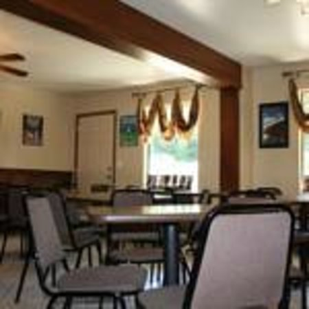 Fall Creek Inn & Suites: Breakfast Room
