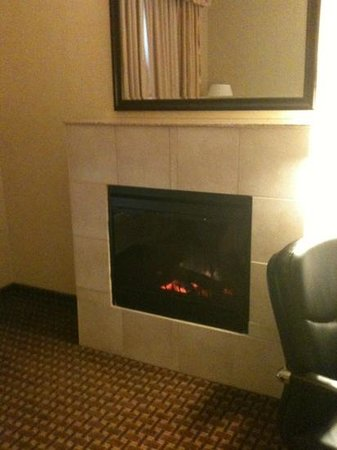 Holiday Inn Express Hotel and Suites Newport: fireplace suite--rm #430