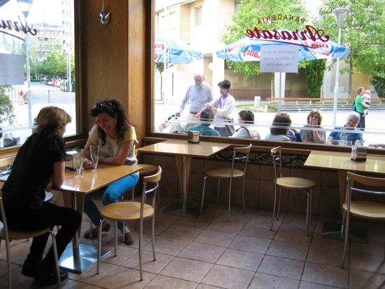 ARRASATE  Cafeteria - Panaderia - Pasteleria: Interior de la cafeteria