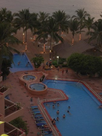Friendly Vallarta Resort: Evening view of pooland beach area from our room