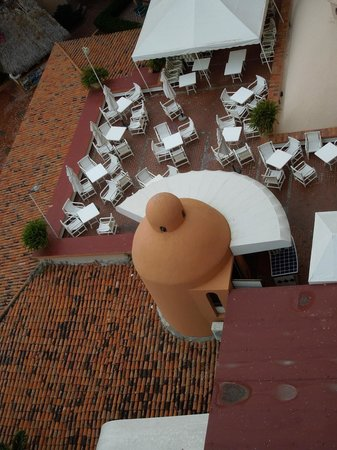 Friendly Vallarta Resort: A view of the roof top dinining area from our room