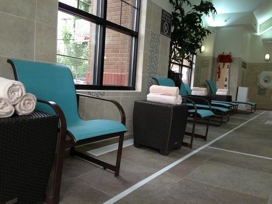 Residence Inn Lexington Keeneland/Airport: lots of seating and towels around the pool