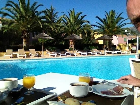 Cesario : petit déjeuner avec vue piscine