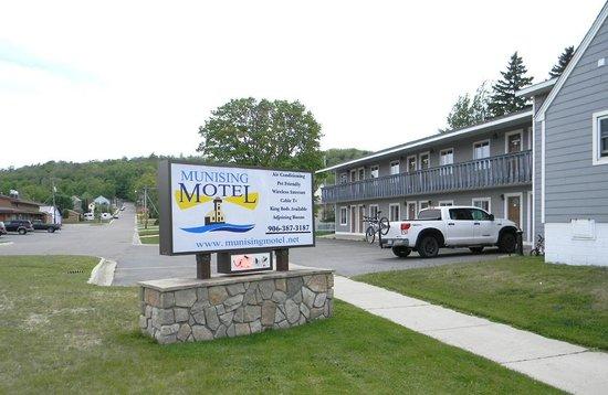 Munising Motel: Sign