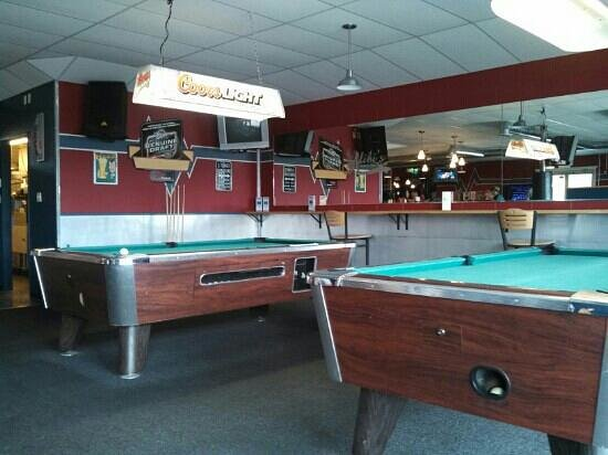 Alibi's Sports Bar and Grill: pool while you wait