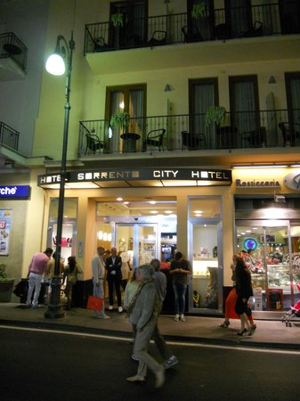 Hotel Sorrento City: Evening view of hotel on Sorrento's main street