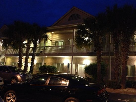 Surfside Beach, Carolina del Sud: Night time at the villas.  We were a short walk from the outdoor pool complex with its grill/sna
