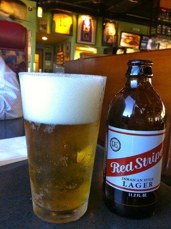 Burgers & Beer: Red Stripe, cerveza originaria de Jamaica, una de las muchas cervezas importadas que sirven aquí