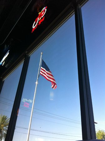 Burgers & Beer: La bandera a las afueras del restaurante