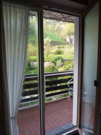 Hotel Heintz: Doors to balcony and view beyond