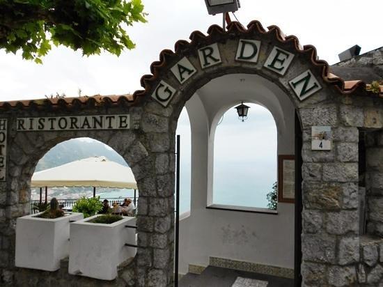 Hotel Ristorante Garden: Entrance to Restaurant & Hotel Garden.