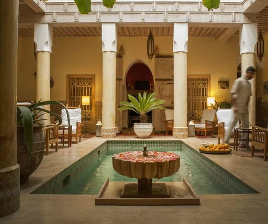 Riad Azoulay : Patio con piscina