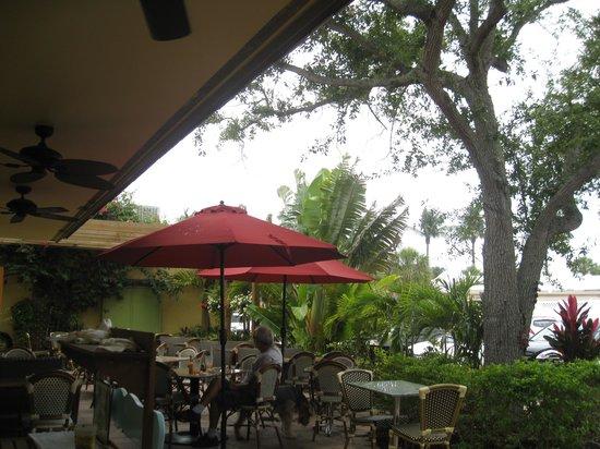 Sun Garden Cafe: Pretty landscaped outdoor patio