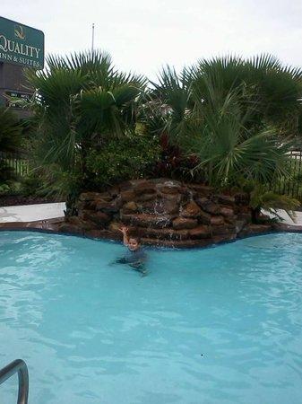 Quality Inn & Suites Seabrook Nasa Kemah : Pool with mini waterfall