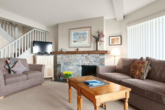 Madrona Beach Resort: Living room with fireplace