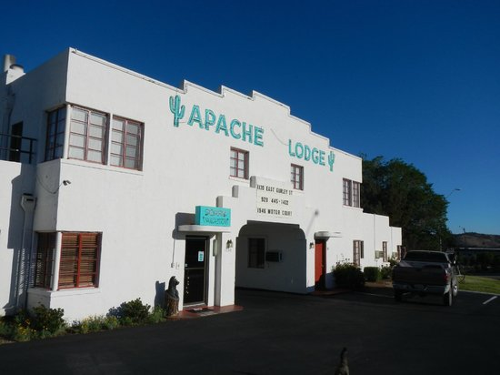 Apache Lodge: Entrance