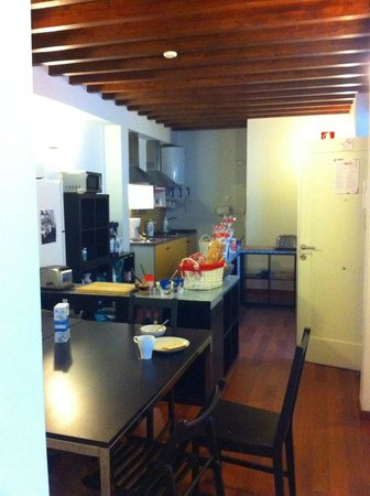 Granada Inn Backpackers: common kitchen