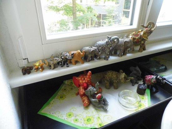 Pension Elefant: Elephants in the kitchen window