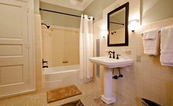 Inn At Marywood: Fountain Room Bathroom