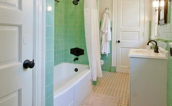 Inn At Marywood: Oak Room Bathroom